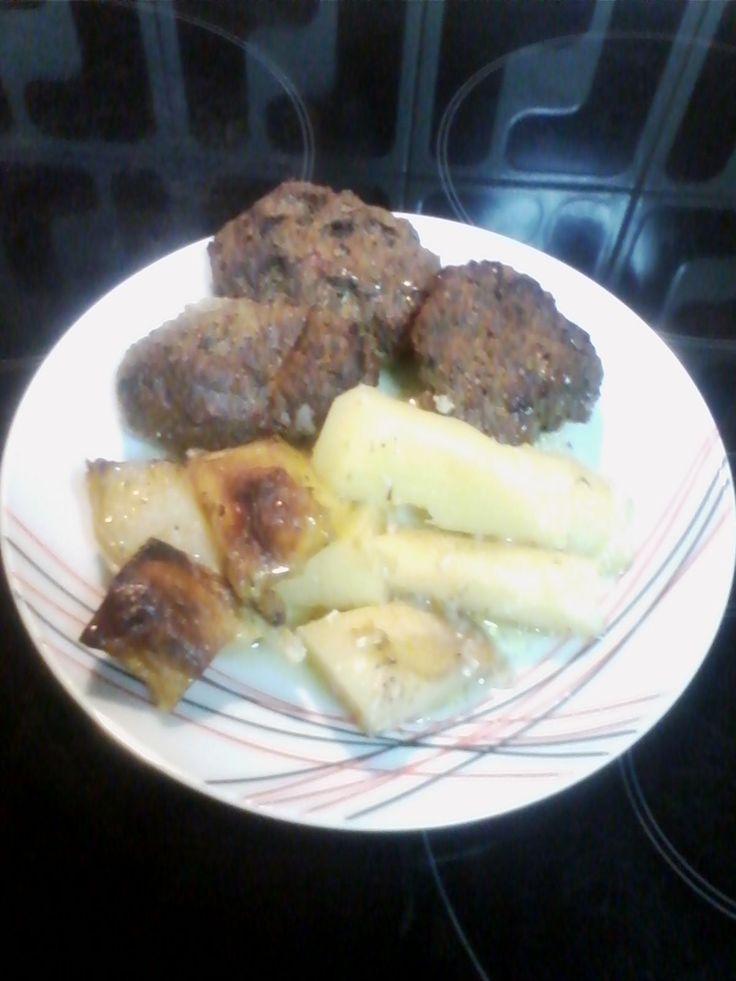 Μπιφτέκια με πατάτες να προτιμάται να τσιμπάει το λεμόνι γιατί είναι φαγητό που τους ταιριάζει η ξινή γεύση