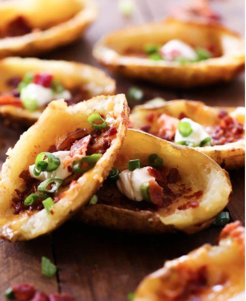 Pommes de terre au four garnies de cheddar et de bacon #patate #garnies #cheddar #bacon