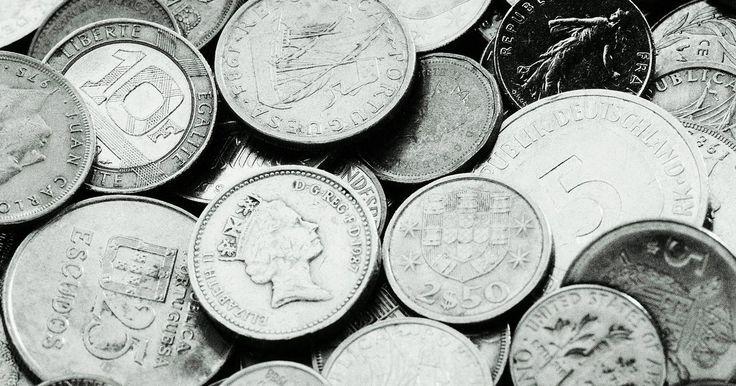 Como limpar moedas de prata por meio da eletrólise reversa. A eletrólise reversa é uma forma de limpeza e preservação de moedas de prata. Ela envolve a utilização de uma pequena corrente elétrica e a imersão da moeda em uma solução líquida para desalojar as camadas de terra e a corrosão do metal. Se você suspeitar que a moeda tem qualquer valor numismático ou de coleção, não limpe-a. Procure um ...
