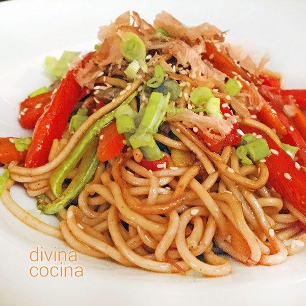 Estos fideos chinos salteados con verduras se preparan en pocos minutos y con las verduras que más te gusten. Es una receta sencilla, para improvisar.