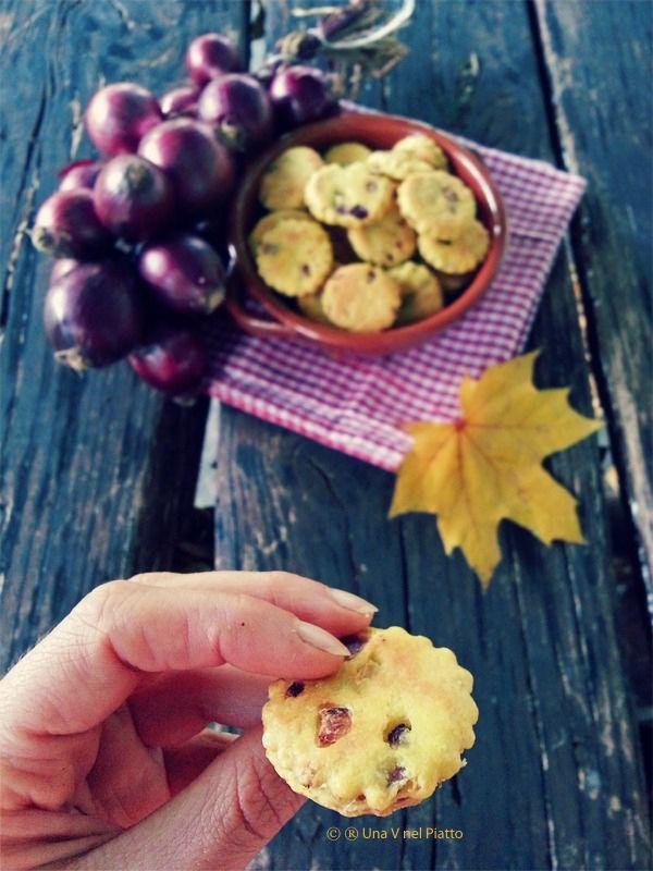 Sfiziosi e croccanti biscottini aromatizzati alla curcuma con cipolle rosse e pepe.