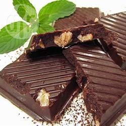 Zelfgemaakte chocolade, zonder geraffineerde suikers of andere kunstmatige tovoegingen. Past ook in het Paleo dieet. Je kunt de hoeveelheid honing of siroop naar smaak aanpassen.