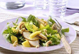 Sla van gegrilde kip met mango, limoen en koriander