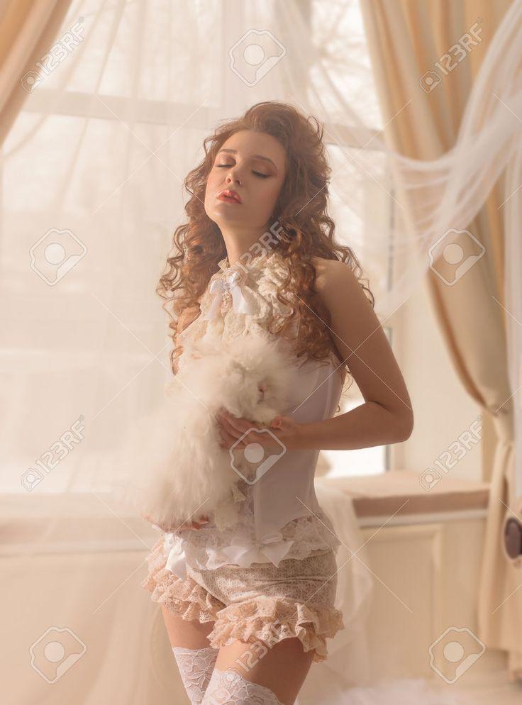 Flirt Giovane In Lingerie Erotica. Donna Seducente In Un Interno Classico Bianco. Foto Royalty Free, Immagini, Immagini E Archivi Fotografici. Image 72629496.