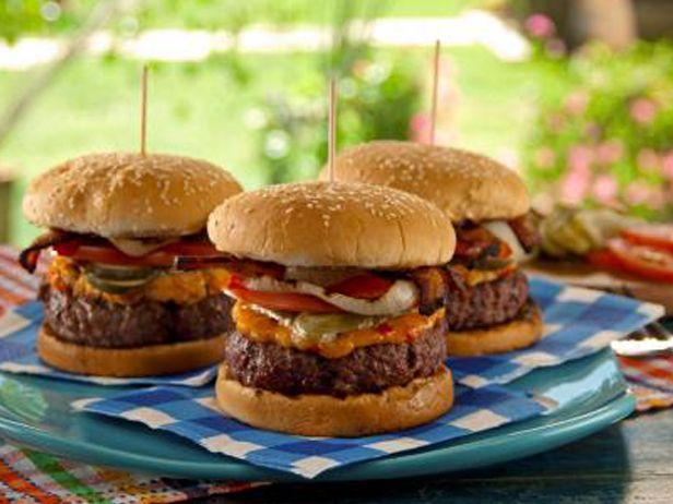 O Cheeseburger com Pimentão e Bacon é um daqueles sanduíches que você vai querer comer toda semana. Culpa do Chef Bobby Flay.
