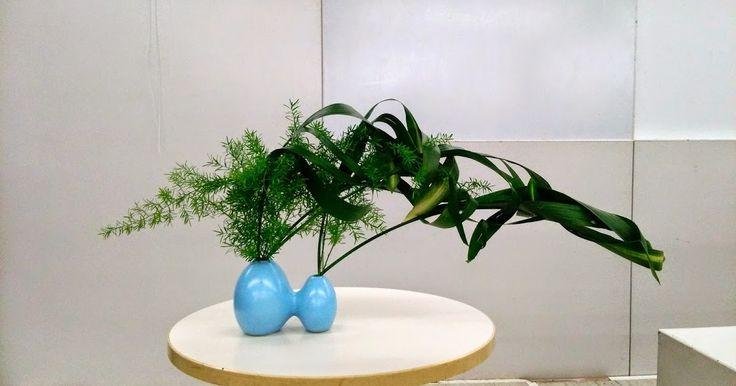 今日、本部教室の「家元研究科」に出てきました。 今月のテーマは・・・「初めての器に挑戦」 です。 今までに使ったことにない花器を使うということで・・・ こんな感じに・・・ 花材は・・・ハラン、スプ...