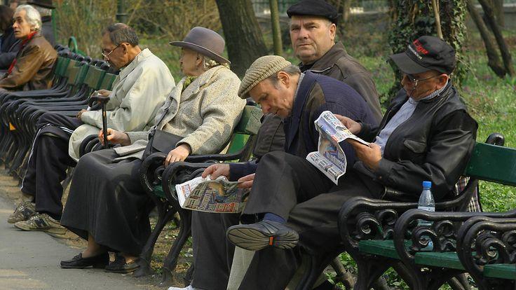 Veşti bune pentru pensionari: punctul de pensie poate creşte la 45% din salariul mediu brut. În plus, pensionarii cu pensii foarte mici ar putea primi câte două pâini pe zi, măsură care apare într-un proiect ce va ajunge