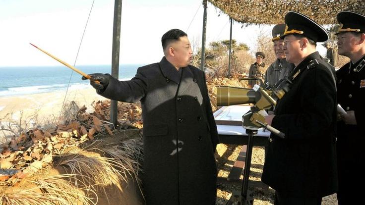 04.04.13 / La Corée du Nord donne son feu vert à une frappe nucléaire contre les Etats Unis  / Le 25 mars, le leader nord-coréen Kim Jong-un procède à une inspection des installations militaires côtières.