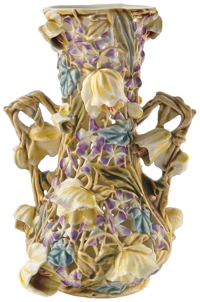 Zsolnay - Áttört díszváza, plasztikus virágokkal a Mályva-sorozatból, Zsolnay, 1891 körül Fazonszám: 3629, Magasság: 28 cm Jelzés: masszába nyomott Zsolnay Pécs, Made in Austria Hungaria, valamint bélyegzett öttornyos pecsétes márkajelzések Sikorski Tádé formaterve 2014/Le 500e