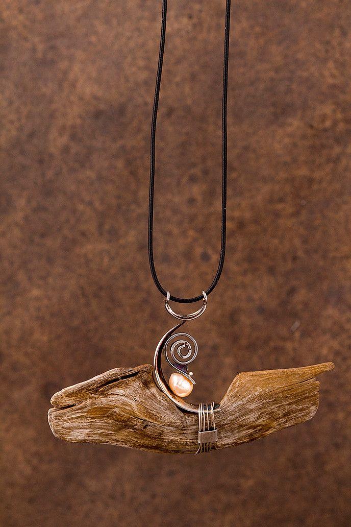 Johanne Ratté démontre son travail dans la création de bijoux contemporains ainsi qu'en joaillerie.