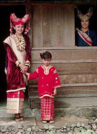 Dalam adat Sumatera barat pakaian yang digunakan oleh kaum wanita disebut dengan nama Baju Kurung sementara pakaian yang dikenakan remaja putri disebut pakaian adat Lambak Ampek.