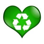Un botón en forma de corazón verde con el símbolo de reciclaje aislados en un fondo blanco, botón de Amor de reciclaje stock photography