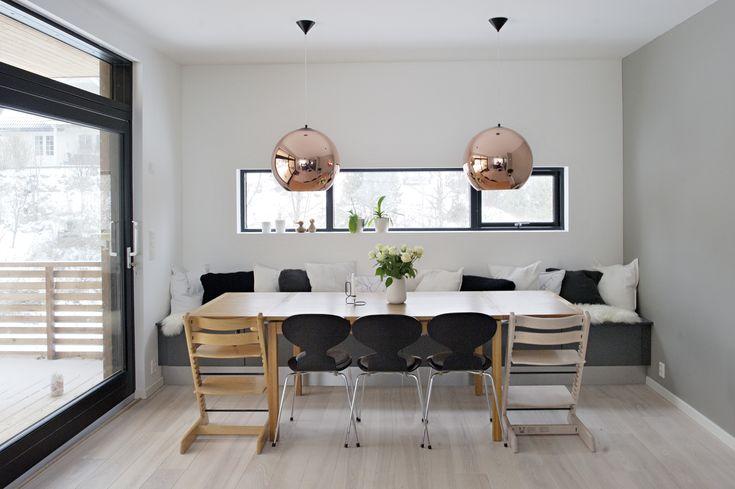 Lamper Kjøkken : enden av rommet fungerer en lang skuffeseksjon som sittebenk for ...