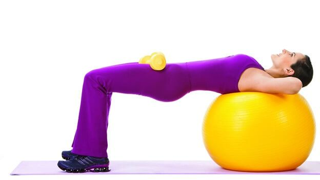 """Esercizio 3 Anche il seguente esercizio richiede l'utilizzo di una palla di stabilità. Ciò che dovete fare è sedervi sopra la palla mantenendo una posizione eretta, con le gambe leggermente aperte a forma di """"V"""". Poi inclinatevi lentamente in avanti fino a sentire uno stiramento dei muscoli ischiocrurali (parte posteriore della coscia). Cercate di mantenere la posizione per 30 secondi."""