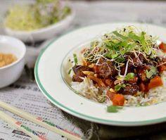 Vietnamees varkensvlees met karamel en wortel. Een heerlijk recept welke je maakt in de slowcooker. Ontzettend smaakvol, makkelijk om klaar te maken en zoals vrijwel altijd met de slowcooker: je hebt er bijna geen omkijken naar. Bekijk snel het recept