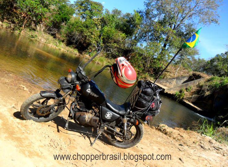 Esta é uma Intruder 250 de um amigo, modificada por ele mesmo. O cara viaja pelo Brasil inteiro com essa motoca.