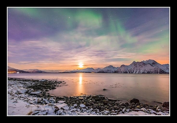 Coucher de Lune sur les Alpes Lyngen accompagné de quelques aurores boréales qui s'attardent dans le ciel norvégien. par Kiredjian Joris