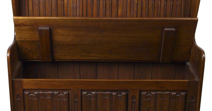 Como fazer um baú de madeira da era Tudor do século XVI. O período Tudor na história inglesa abrange os anos de 1485 até 1565 e engloba os reinados dos monarcas Tudor Henrique VII, Henry VIII, Edward VI e Maria. Durante o período Tudor, os móveis era principalmente um luxo dos ricos. Baús eram móveis importantes usados para guardar roupas e outros bens em casa ou durante viagens, mas também eram usados ...
