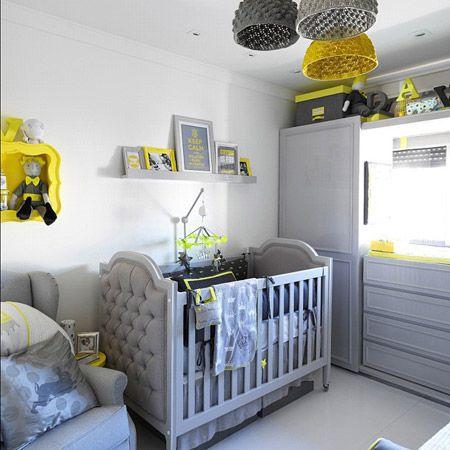E quem disse que o cinza não pode cair bem na decoração do quarto do bebê? Junto ao amarelo e o branco, deixou o quarto aconchegante e charmoso, além de ampliar o espaço por conta do tom de cinza claro nas paredes.