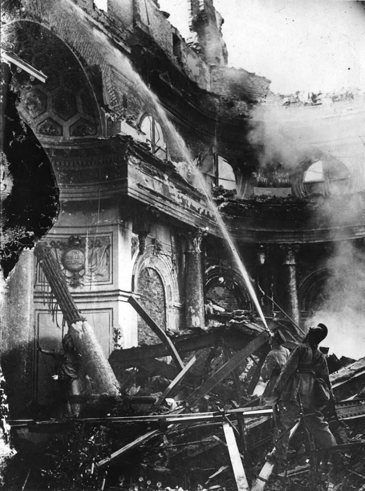 Gaszenie pożaru w Sali Balowej Zamku Królewskiego fot. 17 września 1939 r., źr. Domena Publiczna
