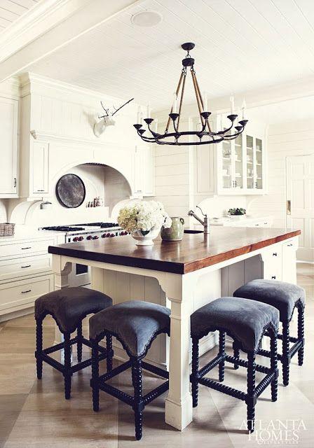 white grey pastels: Kuchenna wyspa z wysokimi krzesłami - Kitchen island with high chairs