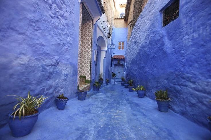 Marokkolainen #arkkitehtuuri on koristeellista ja värikästä. Talojen ovet ovat usein sinisiä ja kultaisia. #Morocco #Aurinkomatkat