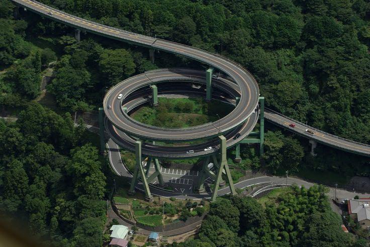 Kawazu Nanadaru Loop Bridge, Japón, 1982. El puente sobre la carretera 414 entre Tokio y la península de Izu es un hito conocido, a veces conocido como la espiral de doble lazo japonés. Esta estructura única se parece más a una montaña rusa que una autopista y trae coches arriba y abajo de un total de 45 metros (148 pies) en un valle entre dos laderas. Algunas otras estadísticas: 1,1 kilómetros de largo, el diámetro es de 80 metros, límite de velocidad de 30 km / h.