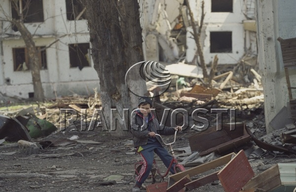 Юный житель Грозного в разрушенном городе