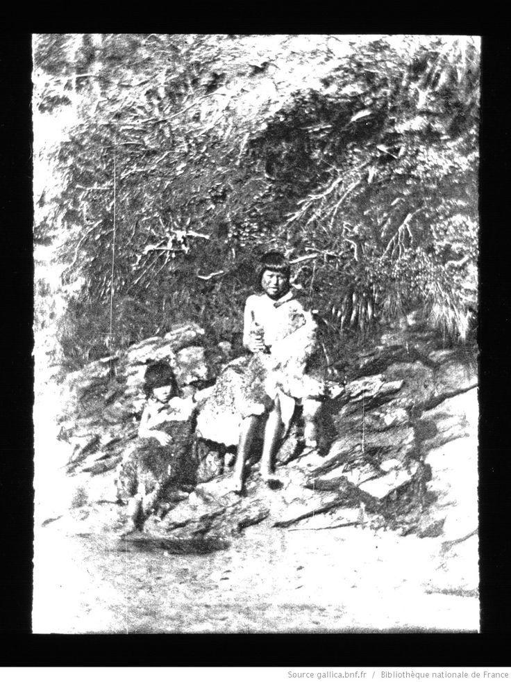Terre de Feu-Patagonie. 28, Indienne de Buen Suceso (Terre de Feu argentine) / [mission] Rousson et Willems ; [photogr.] Rousson ; [photogr. reprod. par] Molténi [pour la conférence donnée par] Willems