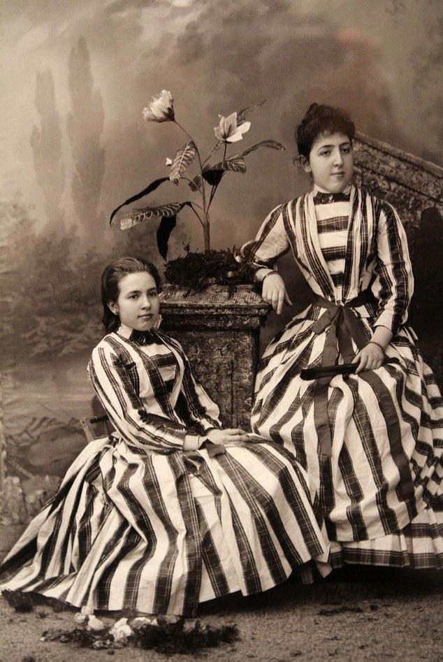 Dos muchachas elegantemente vestidas, Pamplona 1890-1900 (Zaragüeta fotógrafos)