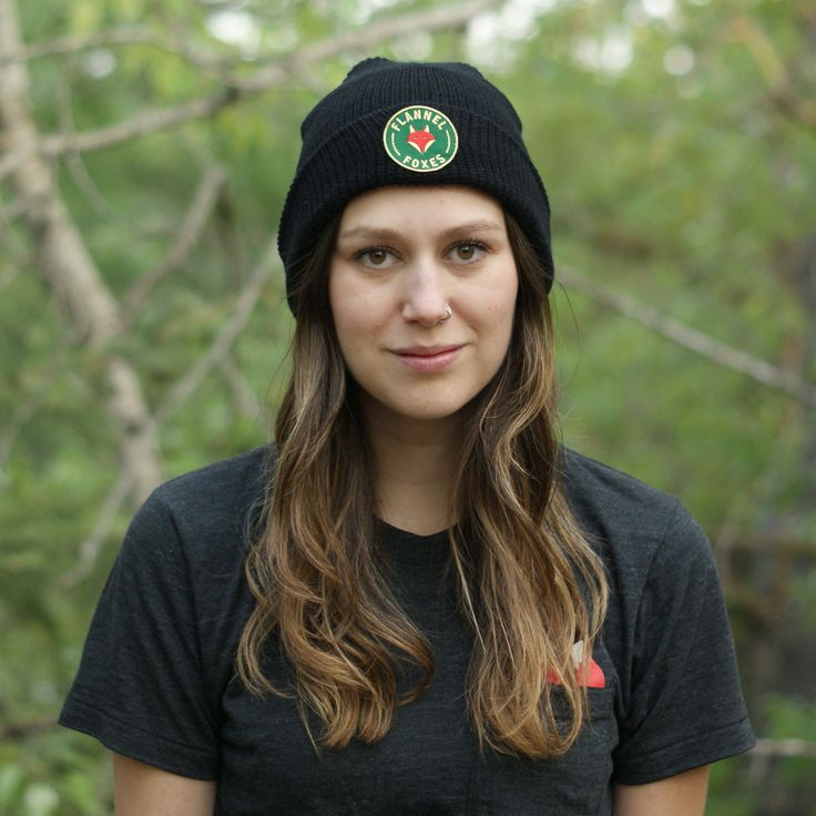 This cozy, lightweight black toque is perfect for winter weather or a cool spring day. It features a high quality green Flannel Foxes 2'' patch.