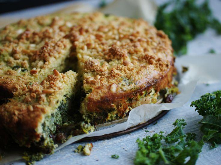 En ljuvlig grönkålspaj bakad precis som en smulpaj! Pajen bakas på quionoamjöl och quinoaflingor vilket gör den helt glutenfri.