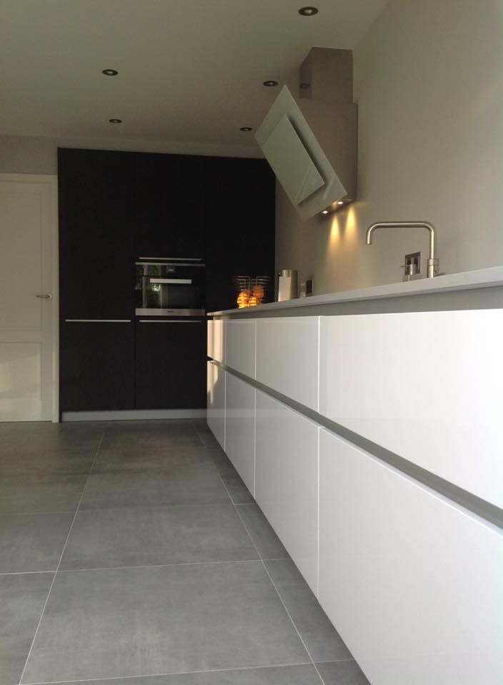 Referentie Wildhagen | Moderne greeploze kastenwand met afzuigkap en inbouwapparatuur. https://www.facebook.com/wildhagen.nl/posts/760579310713804 #designkeuken