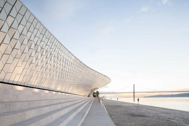 В Лиссабоне открылся Музей искусства, архитектуры и технологии (MAAT) по проекту Аманды Ливит.