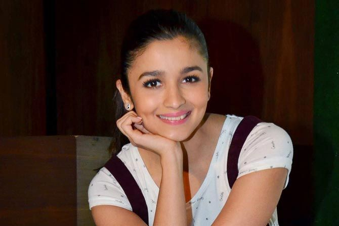 Alia Bhatt: Not standing opposite Kareena Kapoor in 'Udta Punjab' - http://www.dnaodisha.com/entertainment/alia-bhatt-not-standing-opposite-kareena-kapoor-in-udta-punjab/5111