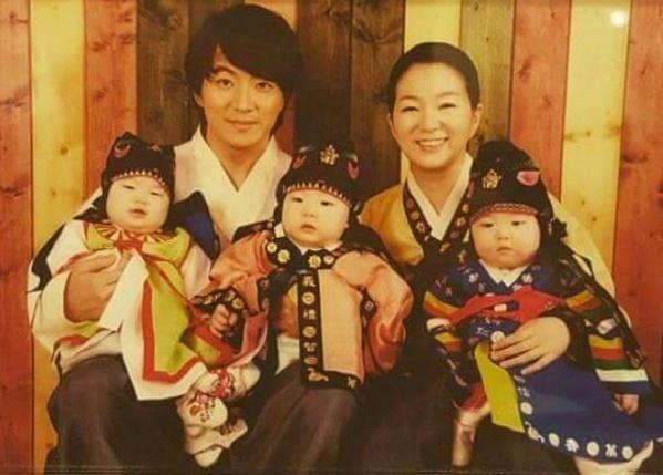 삼둥이 가족 사진, ㅋㅋㅋ. 대한 민국 만세 진짜 쬐끄매....사랑스러운 family portrait~~