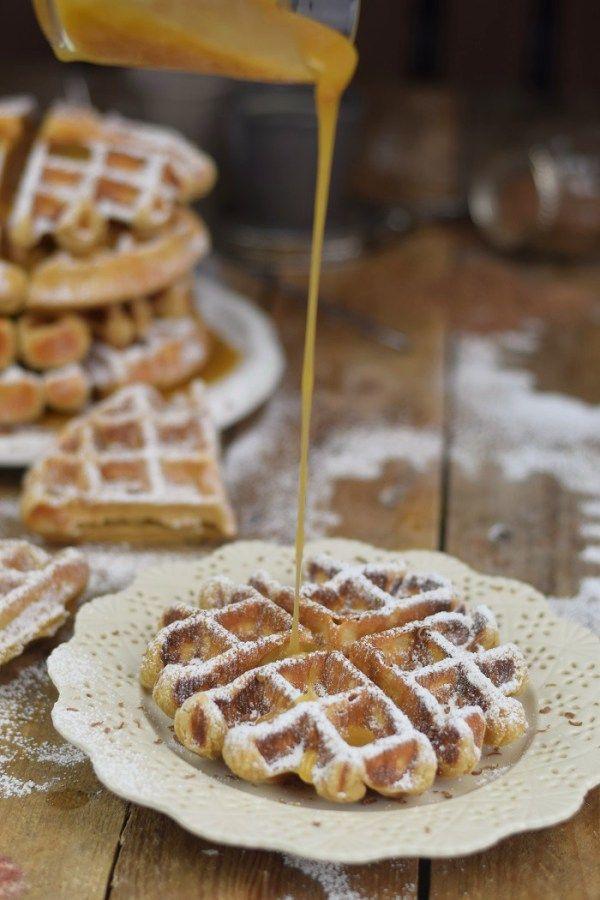Erdnussbutter Joghurt Waffeln mit Karamellsauce und Schokolade - Peanut Butter Yogurt Waffles with caramel sauce and chocolate (15)