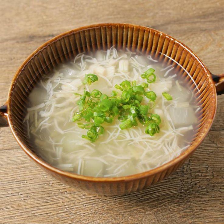 「大根とホタテ缶のあっさりスープ」の作り方を簡単で分かりやすい料理動画で紹介しています。あっさりとした大根とホタテ缶のスープはいかがですか。柔らかく煮た大根の甘味と、ホタテ缶を汁ごと使用することによって、ホタテの旨みがぎゅっと詰まったスープになっています。とても簡単に作れるので、ぜひ作ってみて下さい。