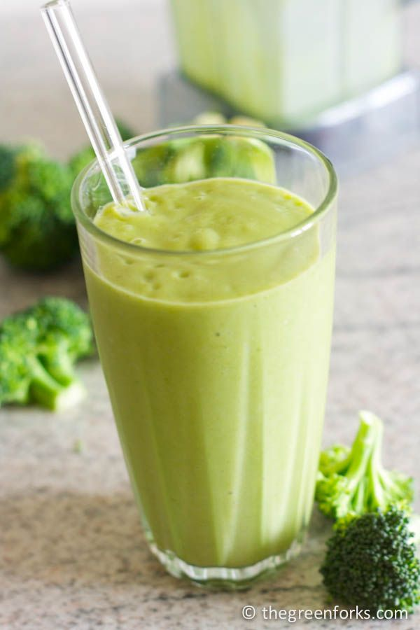 RAW broccoli smoothie! Creamy and sweet without any of that sharp raw broccoli taste.