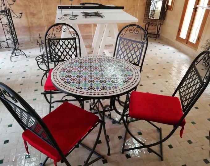 Table Dappoint Marocaine En Mosaique Design Traditionnel Sur Cette Table De Sall Garden Table And Chairs Wrought Iron Patio Table Wrought Iron Patio Furniture