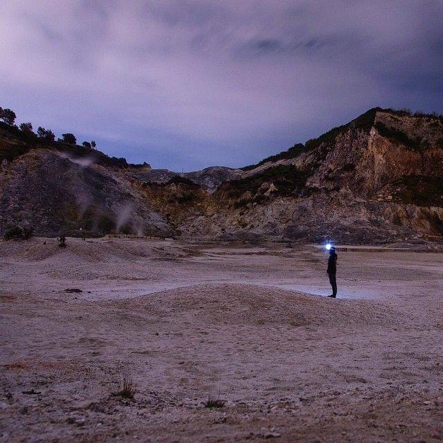 Volcan Solfatara Italie. Dormir dans un cratère d'un ancien volcan c'est aussi vivre la proximité d'un lieu atypique pour y faire de jolies photos au beau milieu de la nuit. -- L'aventure continue via http://ift.tt/1ALo9cT ne manque pas ça curieux! -- #detourlocal #photooftheday #instagram #instafollow #instatravel #volcan #lookoftheday #nomads #naples #napoli #puzzuoli #campingsolfatar #traveladdict #ontheroadagain #openroad #night #landscape_lovers #camping #camper #combi #countryroad…