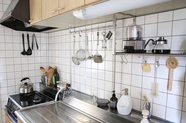狭いキッチンでもすっきり空間に 作業スペースを確保するための工夫とアイディア Folk 狭い キッチン インテリア 家具 キッチン