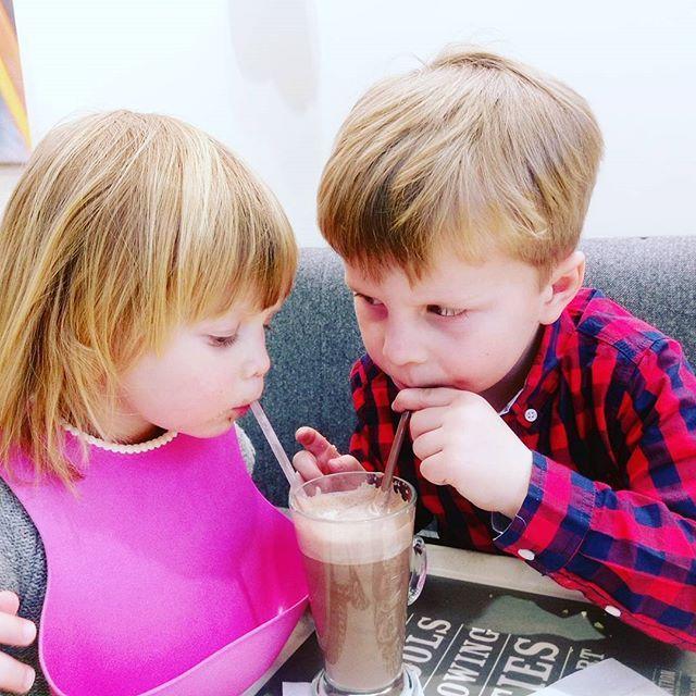 Krásné pondělní ráno. Chtělo by to čokoládu na zahřátí...Včera jsme si dávali do nosu v @costacoffeecz :) #sourozenci #povaleci #prazskakavarna #teachthemyoung #costa #costacoffee