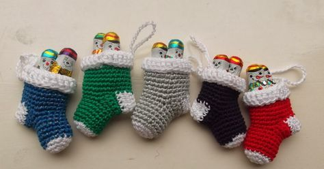 Het is weer tijd voor kersthaken!      Dit zijn leuke multifunctionele mini kerstsokjes.   Je kunt ze:   in de kerstboom hangen   o...