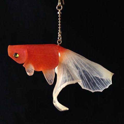 ガラス細工じゃないだと…?プラバンで作った「金魚のアクセサリー」が美しすぎる!