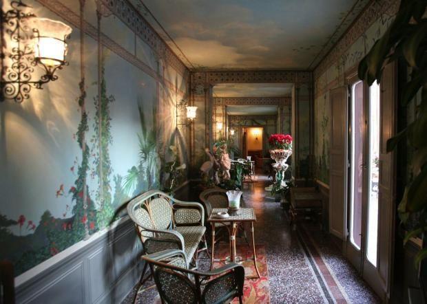 Palazzo Francavilla, Palermo. Il Basile arredò la galleria dipinta da Giuseppe Enea, esempio di uno dei più bei floreali del Liberty palermitano.