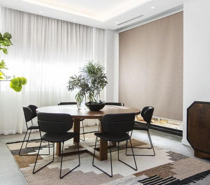 We can totally imagine sitting round @danandcarleen's dining table and talking about.....the amazing rug...! Loved this classic neutral-toned space. #theblockshop #theblock #diningroom