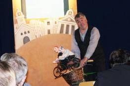 Machen auch außerhalb der Bühne eine gute Figur – Puppenspieler Markus Dorner mit Don Camillo und Peppone auf gemeinsamer Fahrradtour.Foto: Sonja Flick