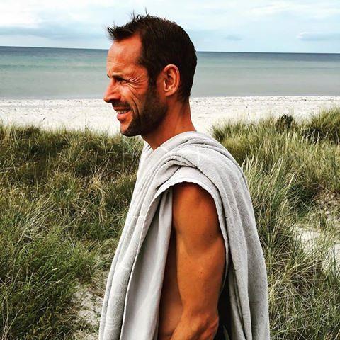 Hammam håndklæde med frotté på den ene side. Vores SAY håndklæde er let og lækkert. // Hammam towel SAY - one sided terry in grey. Light and divine.