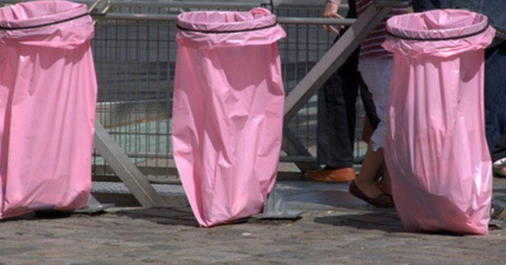 Como fazer uma capa de chuva com um saco de lixo. Não importa onde você mora, é quase garantido que pegue pelo menos um dia de chuva ao longo do ano. A maneira mais fácil para se proteger dela é simplesmente ficar dentro de casa, mas isso nem sempre é uma opção, especialmente em casos como caminhadas ou acampamentos. Nessas situações é bom ter um saco de lixo em mãos, já que ele contribui para um ...